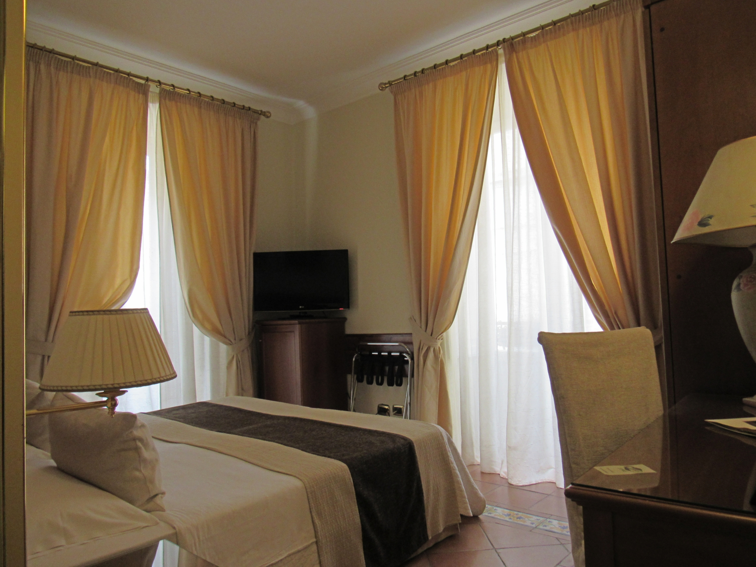 Camera 203 doppio balcone scaled - Hotel Akropolis